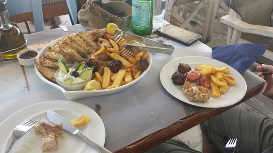 Mourayio: Meat plate for 2 overburdened with chips and pita bread.