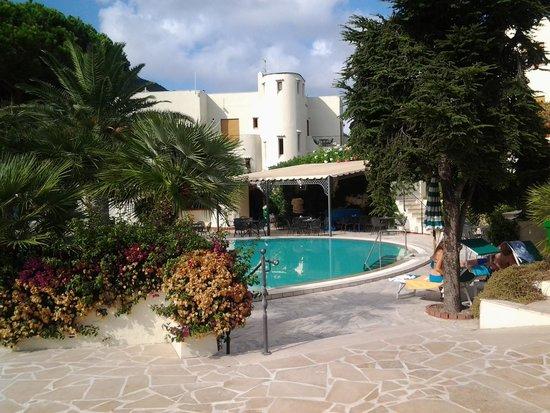 Resort Grazia Terme: piscina con palazzina principale