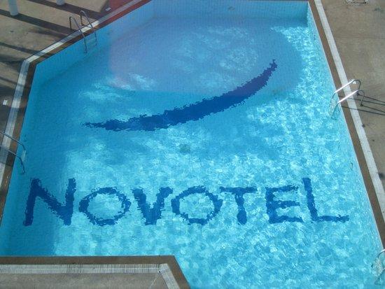Novotel Bangkok Bangna: Pool with Brand Name