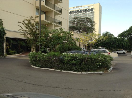 The Courtleigh Hotel and Suites: Parking y Fachada