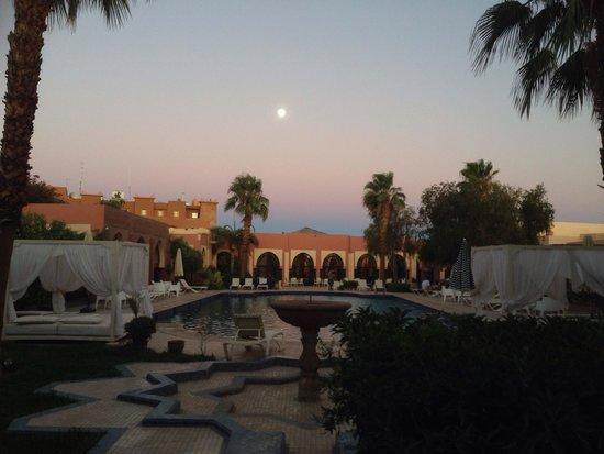 Hotel Karam Palace: Swimming Pool at the Sunset