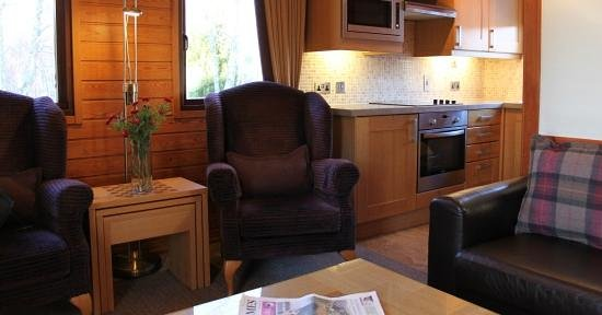 Macdonald Spey Valley Golf & Country Club: Living room and kitchen in a chalet