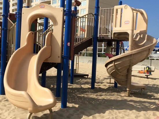 Hampton Inn Virginia Beach-Oceanfront South: Playground - right out in front