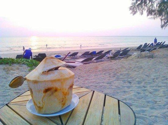 SENTIDO Graceland Khao Lak Resort & Spa: Mon coco frais sur la plage de l'hôtel