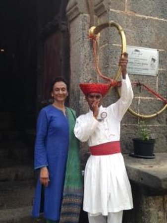 Fort JadhavGADH: Veena Khandekar being welcomed at the fort with the traditional curved horn