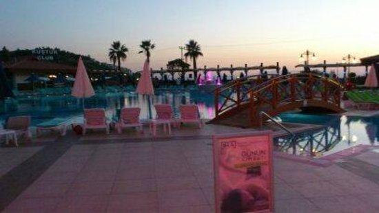 Piscine le soir picture of kustur club holiday village for Piscine paris ouverte le soir