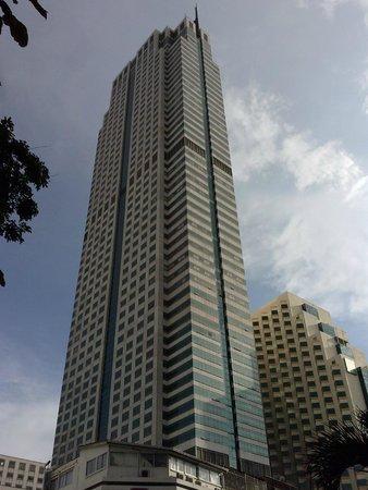 Holiday Inn Bangkok Silom: Vistas del hotel, desde la calle Silon