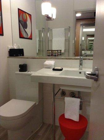 QT Canberra: Bathroom