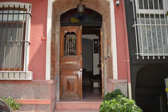 Dila Suites: Entrance