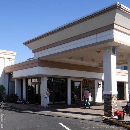 Holiday Inn Hasbrouck Heights: Hotel entrance