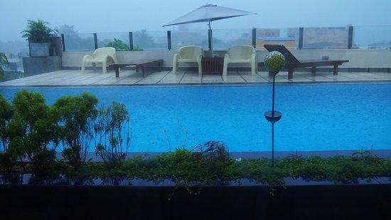 Harbour Winds Hotel : La piscine...sous la mousson! (au loin, les toits!)
