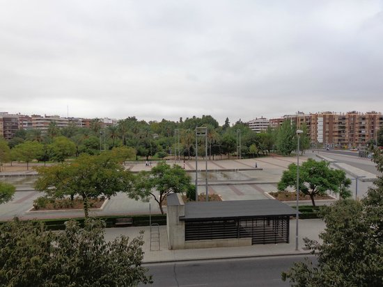 AC Hotel Cordoba : la estacion del Ave está justo a la derecha al cruzar la calle