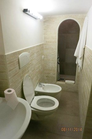 La Piccola Maison: 1st bathroom...lovely