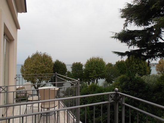 Villa Rosa Hotel: the balcony with a view of the lake