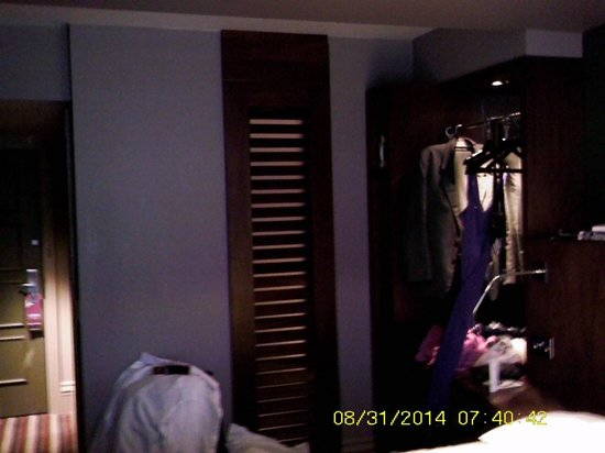 Village Hotel Manchester Ashton: Space for hanging clothing in Upper Deck Rooms - not enough space.