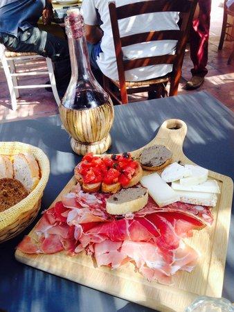 Trattoria Ponterotto: Antipasti ottimi e abbondanti Vino della casa molto gradevole Pollo alla cacciatora buonissimo