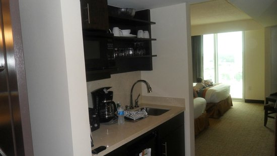 Oceanaire Resort Hotel : Great kitchenette , fully stocked, great for staying 1-7 days