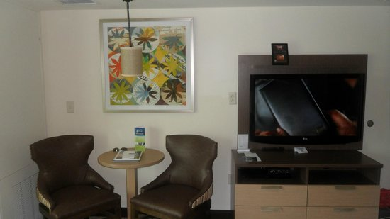 Oceanaire Resort Hotel : Great flatscreen and DVD player in there. Free Wifi also.