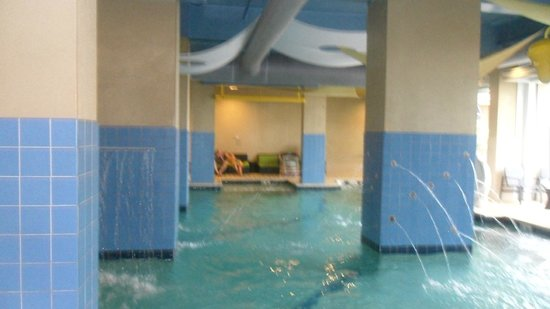 Oceanaire Resort Hotel : indoor pool that had water spouts in the columns really cool the doors pulled wide open too