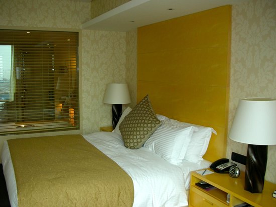 Marco Polo Wuhan: A beautiful room with great linens and appointments.