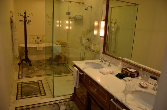 The Raj Palace Grand Heritage Hotel: Il bagno