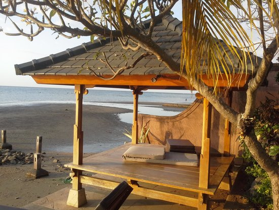 Padma Sari Beach Front Resort: hutje aan het terras van de kamer met zeezicht