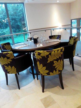 Table avec vue par une baie vitr e photo de la bravade - Restaurant la table de l ill illkirch ...