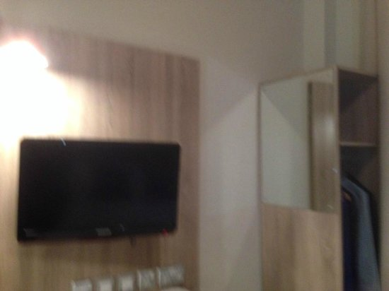 Cairn Hotel Edinburgh: Television and small hanging space to the right