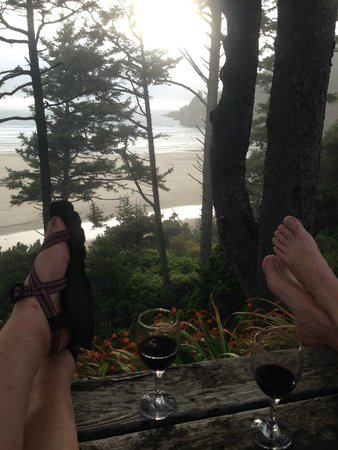 Ocean House Bed and Breakfast: Beautiful grounds and view to enjoy our evening wine