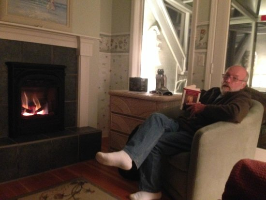 Ocean House Bed and Breakfast: Nice fire after a walk on the beach