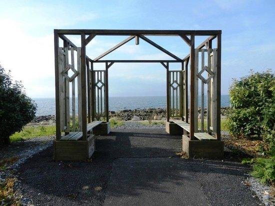 Connemara Coast Hotel: The gazebo at water's edge