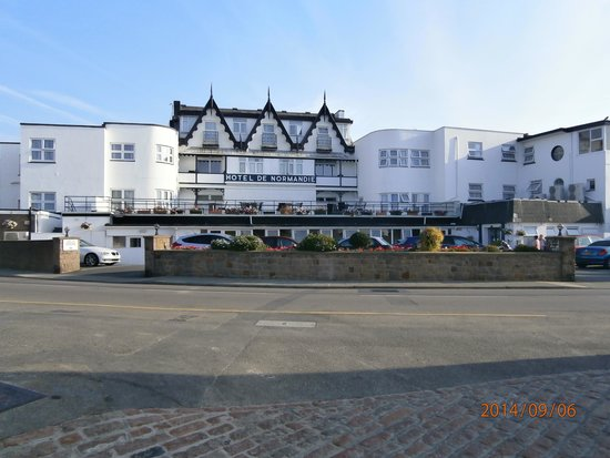 Hotel De Normandie: Front of hotel from beach