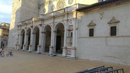 Duomo di Spoleto: IL portico del Duomo