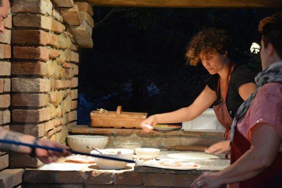 Podere Casanova: Pizza préparée par l'hôtesse, Lisa