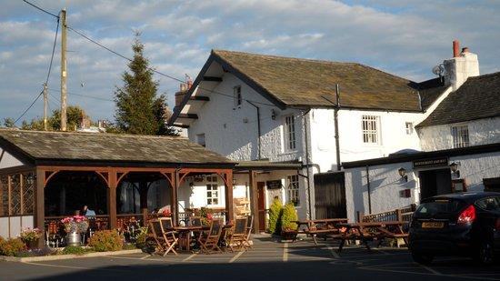 Queen's Head Inn: Outside seating