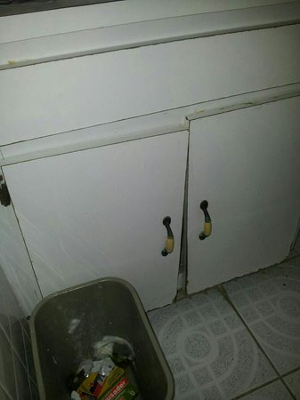 Salem Resorts: In the bathrooms all cupboard s are worn out. Horrible