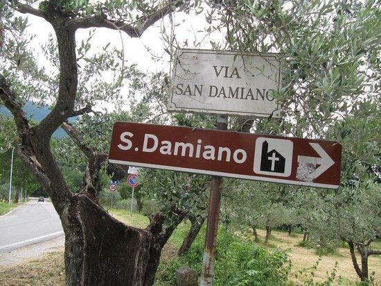San Damiano: Affiche indiquant le chemin à suivre