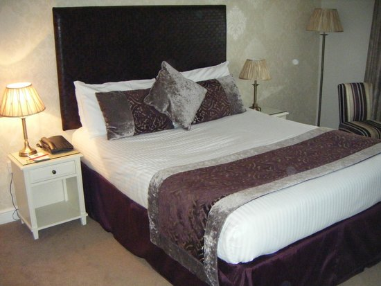 Red Hall Hotel: The usual fairly spacious modern hotel room.