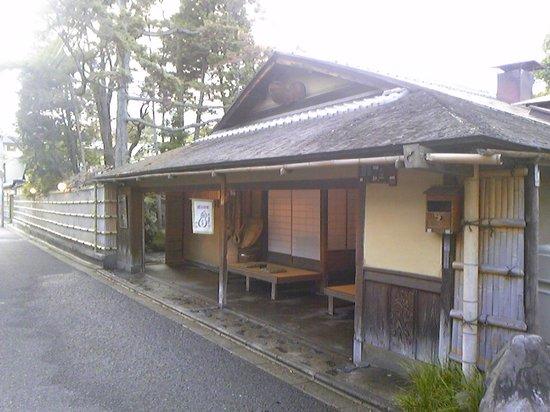 Hyoteihonten: 歴史ある本館表玄関。門前茶屋から料亭が発祥した史実を伝える。