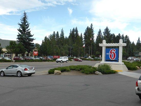 Motel 6 South Lake Tahoe: Einfahrt vom Hotel auf die Durchgangsstrasse