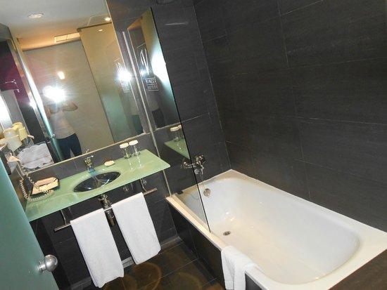 Vincci Maritimo Barcelona: Lovely bathroom
