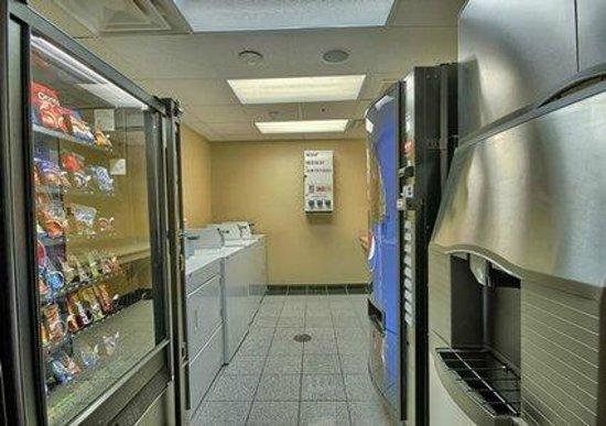 Comfort Suites Cincinnati Airport: Guest Laundry Facility w/Vending