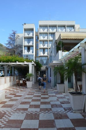Mediteran Hotel & Resort: С этой стороны лучше брать номер