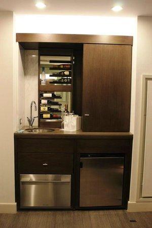 Hotel 48LEX New York: Minibar mit Spültisch und Weinregal