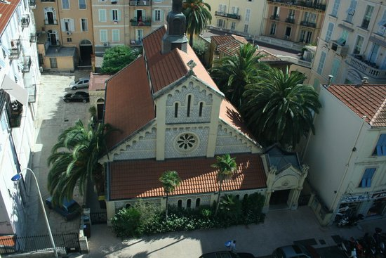 Quality Hotel Mediterranée: The church opposite the Mediterranee