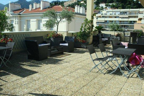 Quality Hotel Mediterranée: Roof sun lounge area