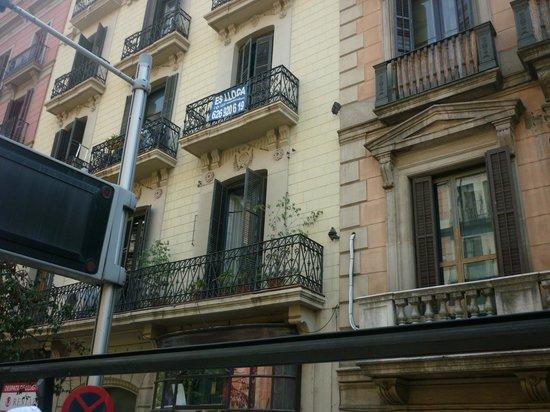 Hola! Barcelona Tours: КАЖДЫЙ ФАСАД НА ЛЮБОЙ УЛИЦЕ-УНИКАЛЕН