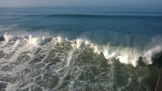 Residence Inn Huntington Beach Fountain Valley: Big surf in Huntington Beach