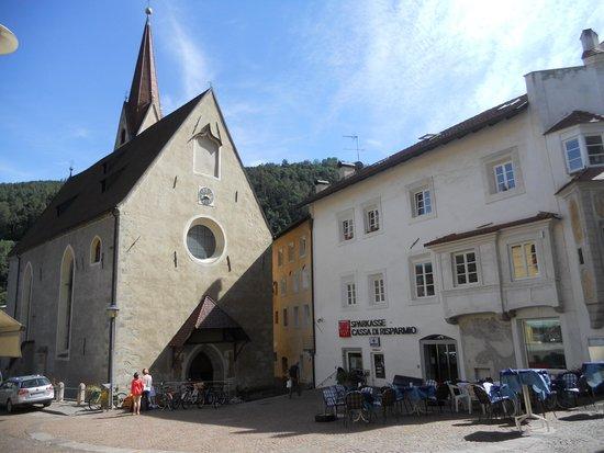 Parrocchia S. Andrea Gruppo Sabiona : la chiesa e la piazzetta antistante