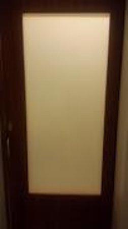 SpringHill Suites Kingman Route 66: Bathroom door
